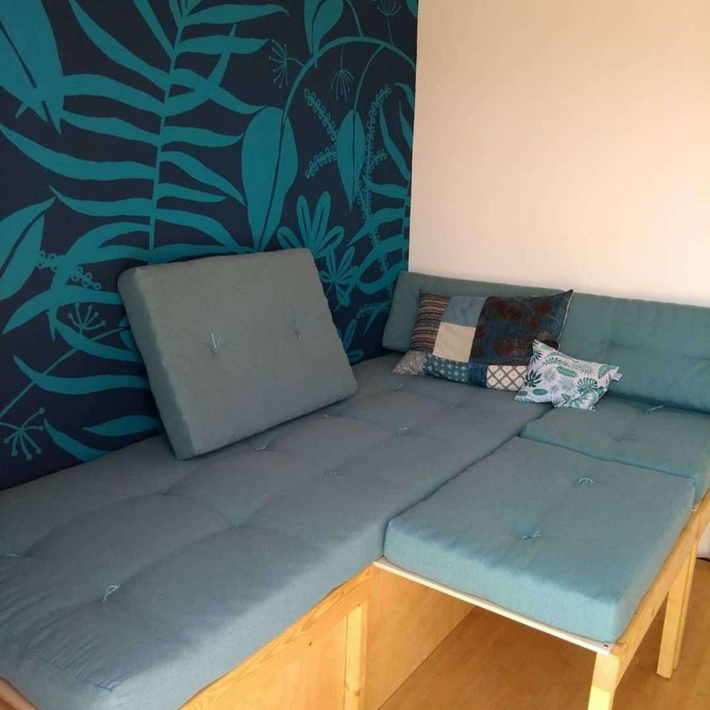 Sofa teilweise ausgezogen