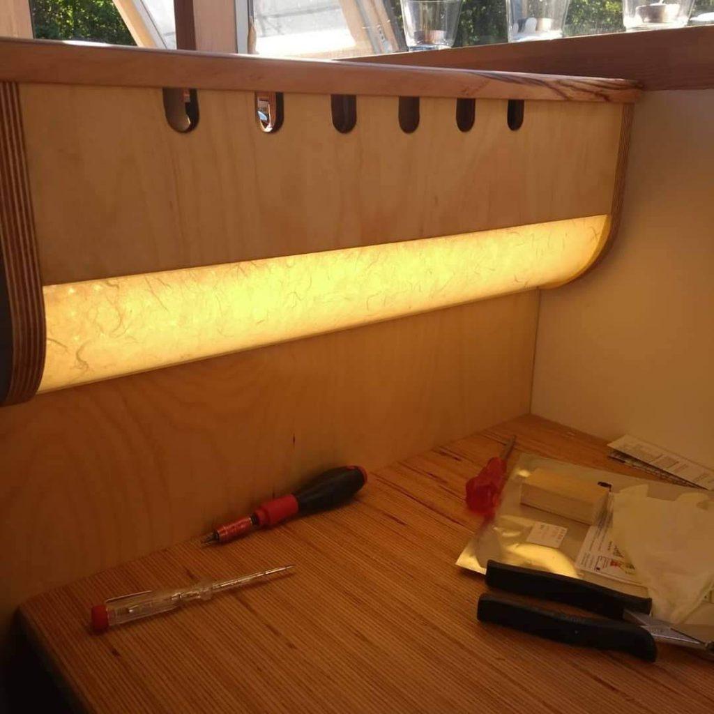 Arbeitsplatzlampe frisch montiert